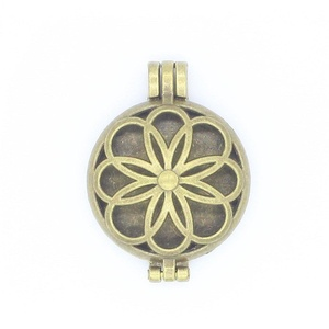 5pcs 30mm Round Locket Antique Bronze Flower Pendant For Fragrance Aromatherapy Essential Oil Diffuser